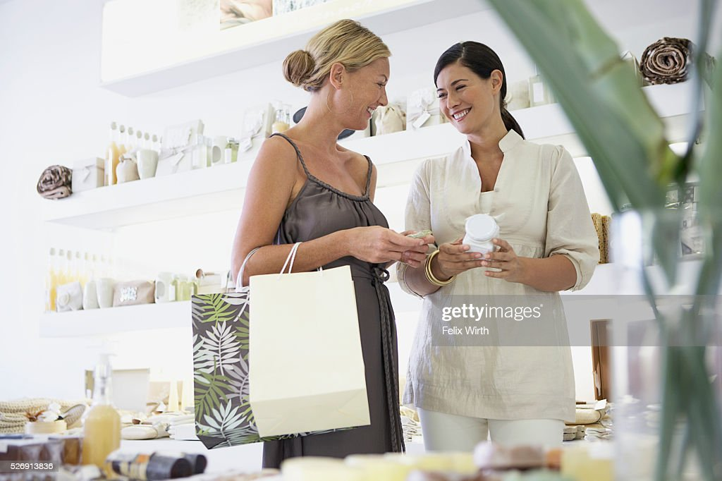 Customer and saleswoman : Stockfoto