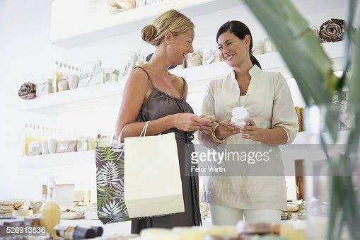 Customer and saleswoman : Stock-Foto