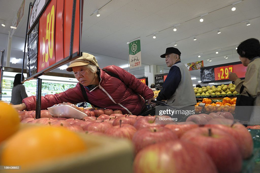 A customer browses apples in a Seiyu GK supermarket in Tokyo, Japan, on Wednesday, Nov. 14, 2012. Seiyu GK is a unit of Wal-Mart Stores Inc. Photographer: Akio Kon/Bloomberg via Getty Images