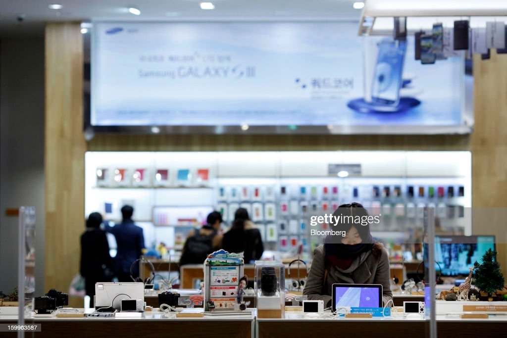A customer browses Samsung Electronics Co. products at the Samsung d'light shop in Seoul, South Korea, on Wednesday, Jan. 23, 2013. Samsung, in a preliminary statement of results on Jan. 8, reported an 89 percent jump in profit in the three months ended in December, boosted by its Galaxy line of smartphones. Photographer: Woohae Cho/Bloomberg via Getty Images
