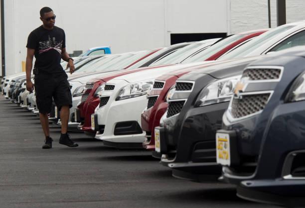 Chevrolet Dealers Columbus Ohio >> Photos Et Images De Customers Shop For Cars At A Chevrolet