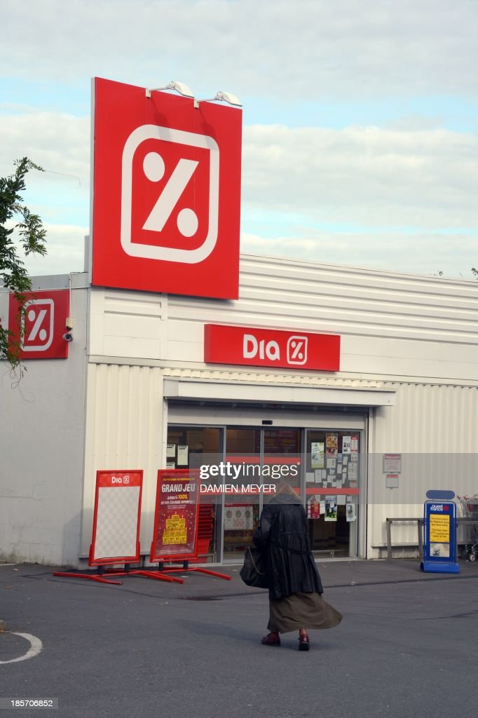 A customer enters a Dia supermaket in Rennes on October 24, 2013, as Dia said today it was recalling and withdrawing from its stores ground beef sold under its own brand in all of northwestern France, after detecting traces of the E. coli bacteria.