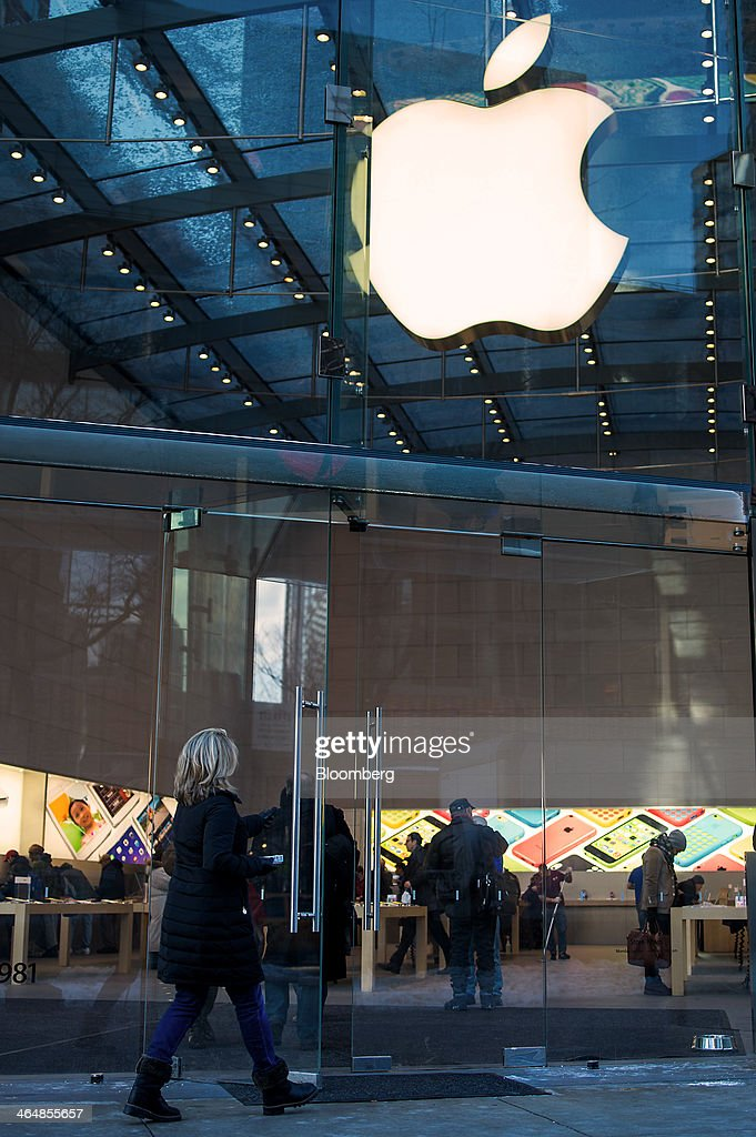 A customer enters an Apple Inc. store in New York, U.S., on Thursday, Jan. 23, 2014. Billionaire investor Carl Icahn said he increased his stake in Apple Inc. by another $500 million, bringing his total holdings in the iPhone maker to about $3.6 billion as he reiterated calls for a bigger stock buyback. Photographer: Ron Antonelli/Bloomberg via Getty Images