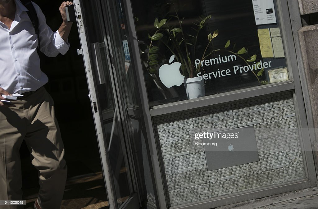 Customer exits the Tekserve store on 23rd Street in New York, U.S., on Thursday, June 30, 2016. New York City's original Apple repair store, Tekserve, is closing, succumbing to competition and rising rents after almost 30 years of servicing computers and providing technical support to local residents. Photographer: Victor J. Blue/Bloomberg via Getty Images