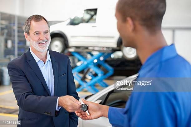 Kunden, die Auto Mechaniker Schlüssel