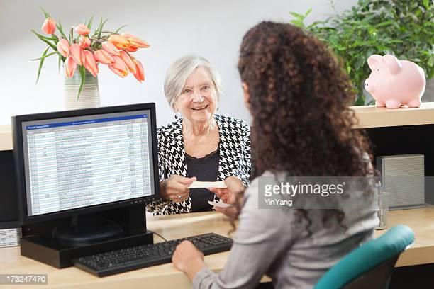 Kunden im Retail Banking-Theke Fenster mit Bankangestellter Hz