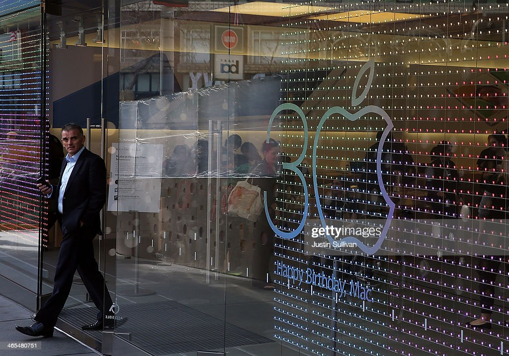 A customer leaves an Apple Store on January 27, 2014 in San Francisco, California. Apple will report quarterly earnings today after the closing bell.