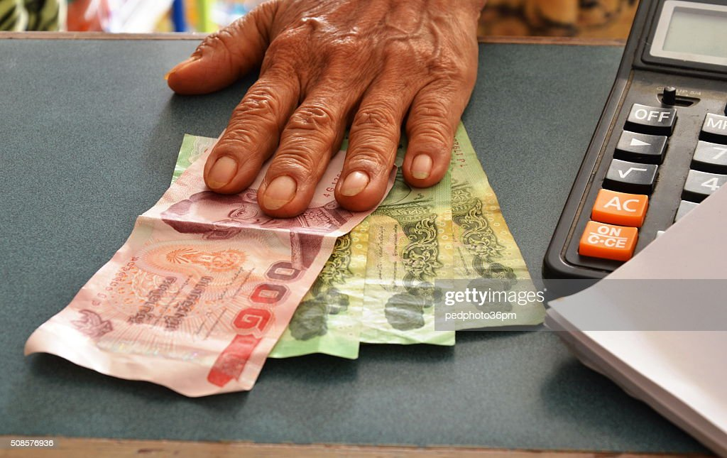 customer paid for product in grocery shop : Stockfoto