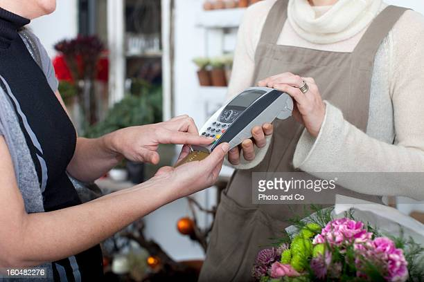 customer paing flower with credit card