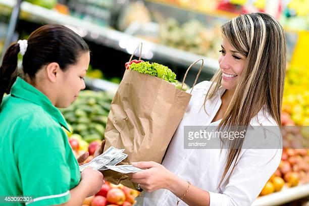 Kunden bezahlen im Supermarkt
