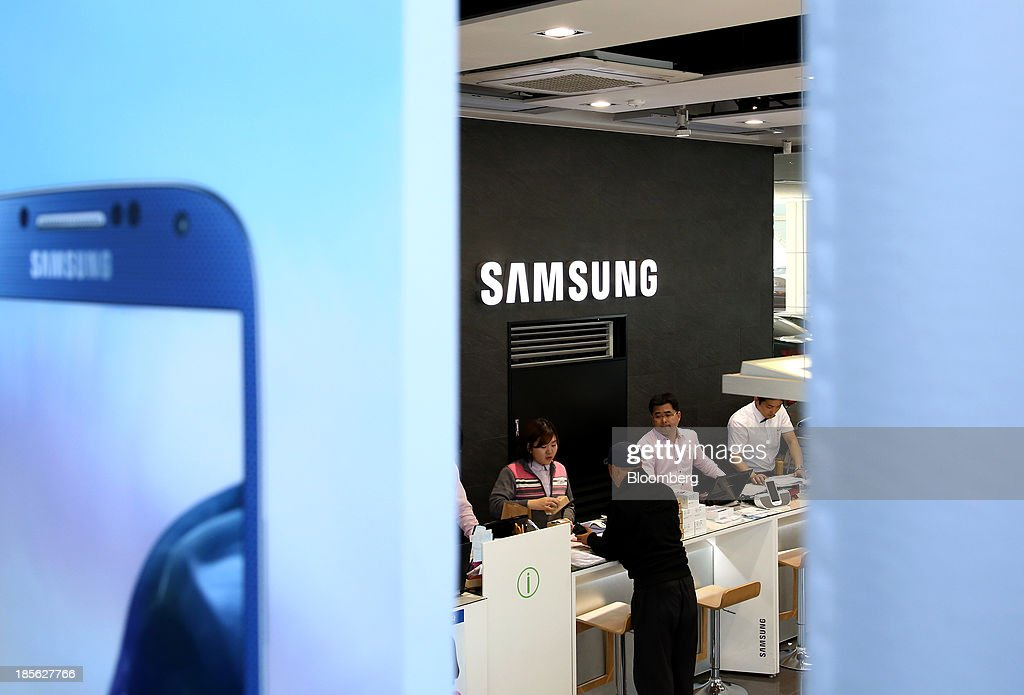 A customer purchases a Samsung Electronics Co. Galaxy smartphone at the company's digital plaza store in the Gangnam district in Seoul, South Korea, on Tuesday, Oct. 22, 2013. Samsung Electronics is scheduled to release third-quarter earnings on Oct. 25. Photographer: SeongJoon Cho/Bloomberg via Getty Images