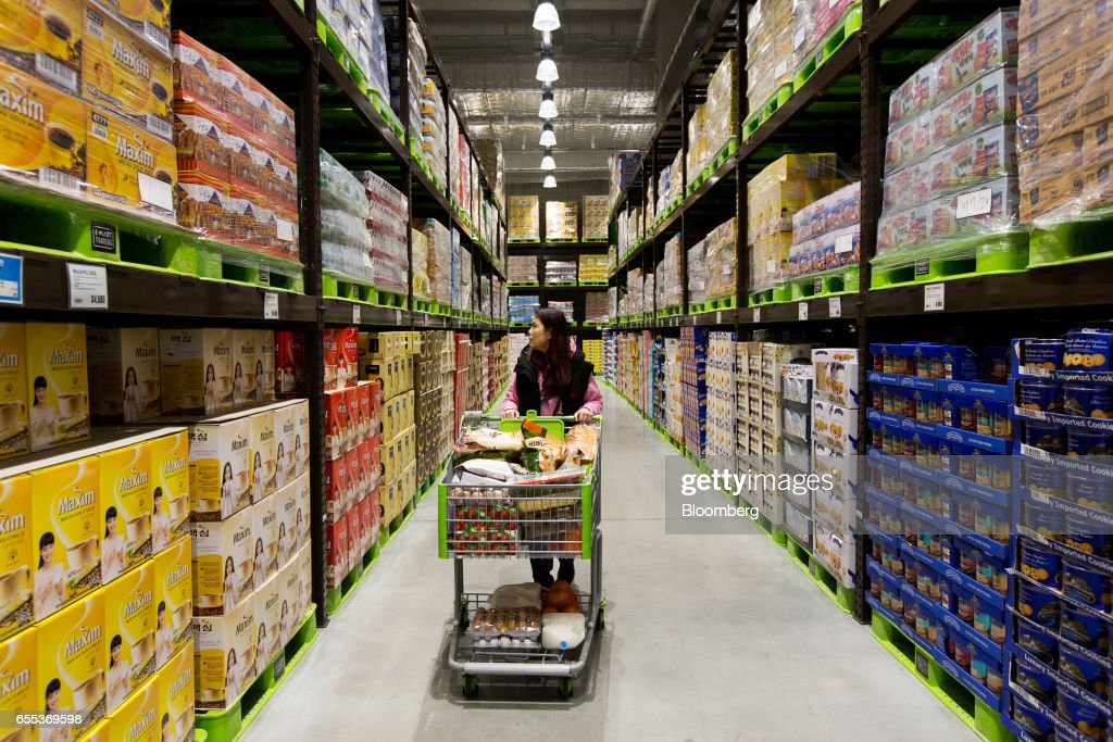A customer pushes a shopping cart down an aisle at an E-Mart Inc. Traders store in the Starfield Hanam shopping complex, operated by Shinsegae Co., in Hanam, Gyeonggi, South Korea, on Wednesday, March 15, 2017. South Korea is scheduled to release consumer confidence figures on March 24. Photographer: SeongJoon Cho/Bloomberg via Getty Images