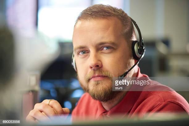 representante de servicio al cliente mirando a cámara