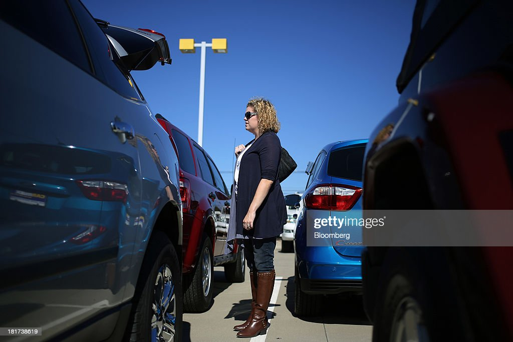 A customer shops for a used car at a CarMax Inc. dealership in Lexington, Kentucky, U.S., on Monday, Sept. 23, 2013. Carmax, which generates 98% of its revenue in the used car market, today reported record second quarter results for the quarter ended Aug. 31. Photographer: Luke Sharrett/Bloomberg via Getty Images