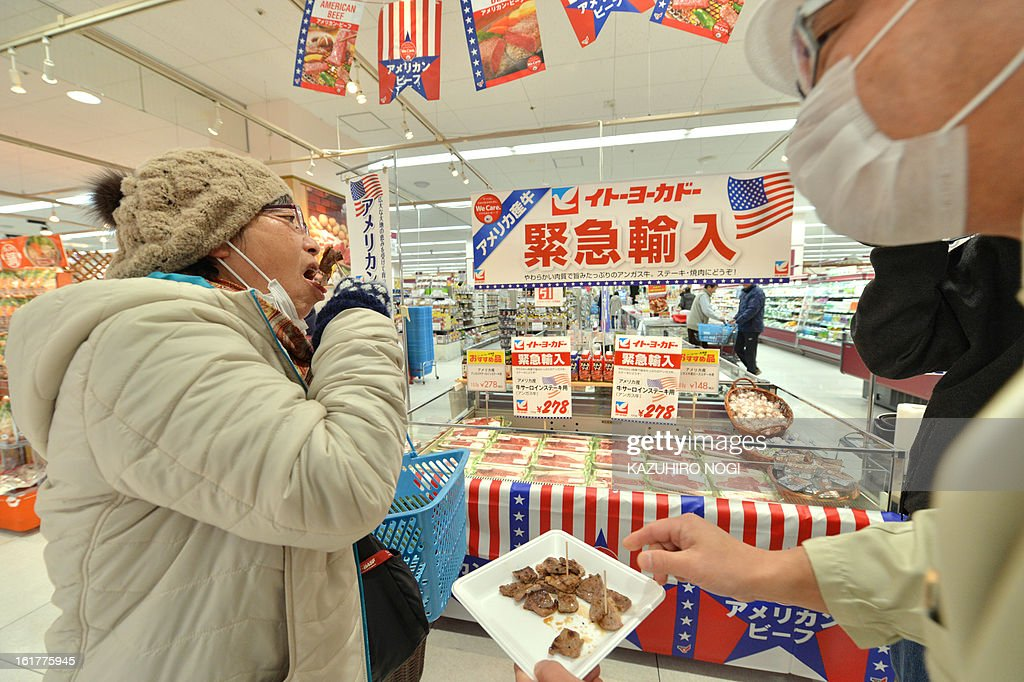 A customer tastes a sample of imported beef, under 30 months old from the US at a Ito-Yokado supermarket in Tokyo on February 16, 2013. The United States on January 28 welcomed news that Japan has eased restrictions on beef imposed due to concerns over mad cow disease, easing a decade-long row between the allies. US officials said that Japan -- formerly the largest buyer of US beef -- had agreed to allow the import of the meat from cattle slaughtered at up to 30 months old, higher than the earlier safety limit of 20 months. AFP PHOTO / KAZUHIRO NOGI