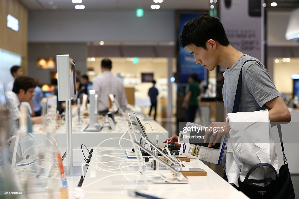 A customer tries out a Samsung Electronics Co. Galaxy Note Pro tablet computer at the company's d'light store in Seoul, South Korea, on Monday, July 7, 2014. Samsung Electronics is scheduled to report operating profit and sales figures on July 8. Photographer: SeongJoon Cho/Bloomberg via Getty Images