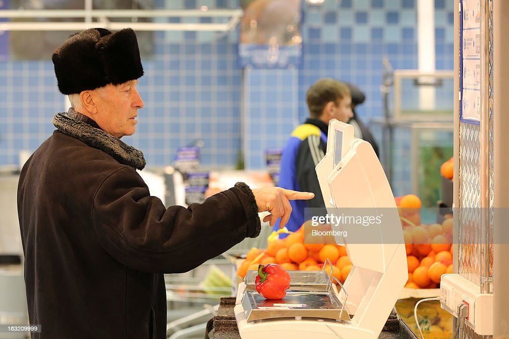 A customer uses an electronic scale to weigh and price a red pepper inside a Lenta LLC supermarket in Prokopyevsk, Kemerevo region, Russia, on Wednesday, March 6, 2013. Lenta LLC, a Russian hypermarket operator controlled by TPG Capital, is selling its first bond to expand after using company funds for a leveraged buyout by the U.S. firm. Photographer: Andrey Rudakov/Bloomberg via Getty Images