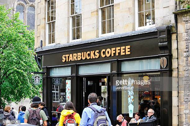 Clienti e membri del pubblico al di fuori di caffè Starbucks