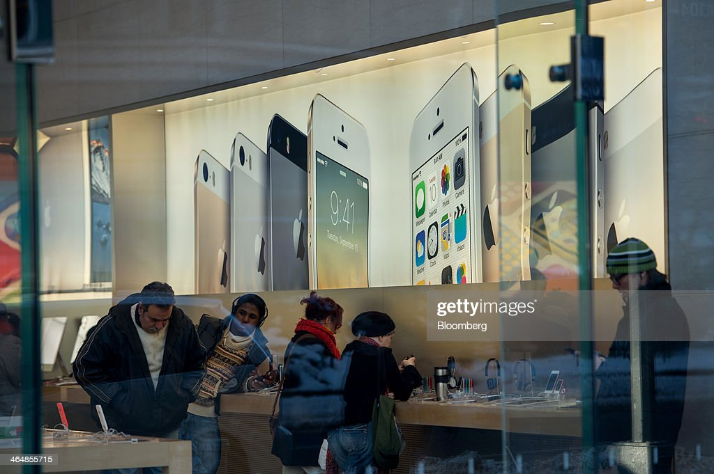 Customers browse products inside an Apple Inc. store in New York, U.S., on Thursday, Jan. 23, 2014. Billionaire investor Carl Icahn said he increased his stake in Apple Inc. by another $500 million, bringing his total holdings in the iPhone maker to about $3.6 billion as he reiterated calls for a bigger stock buyback. Photographer: Ron Antonelli/Bloomberg via Getty Images