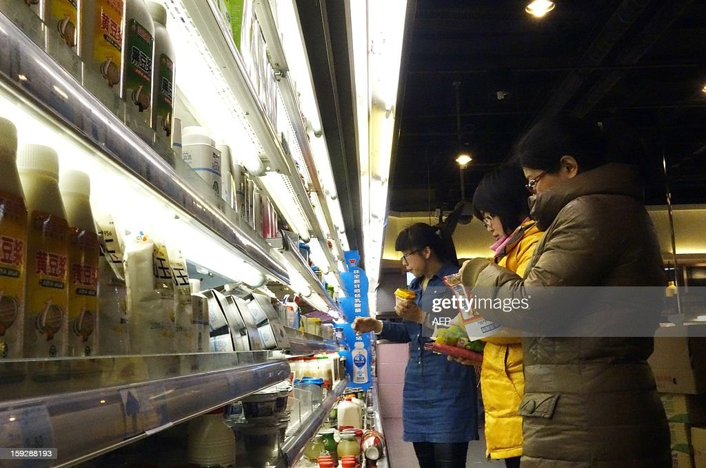 Customers choose food at a market in Beijing on January 11,2013. China's inflation rate slowed to 2.6 percent in 2012, the National Bureau of Statistics said on January 11, down sharply from 5.4 percent the year before. AFP PHOTO / WANG ZHAO