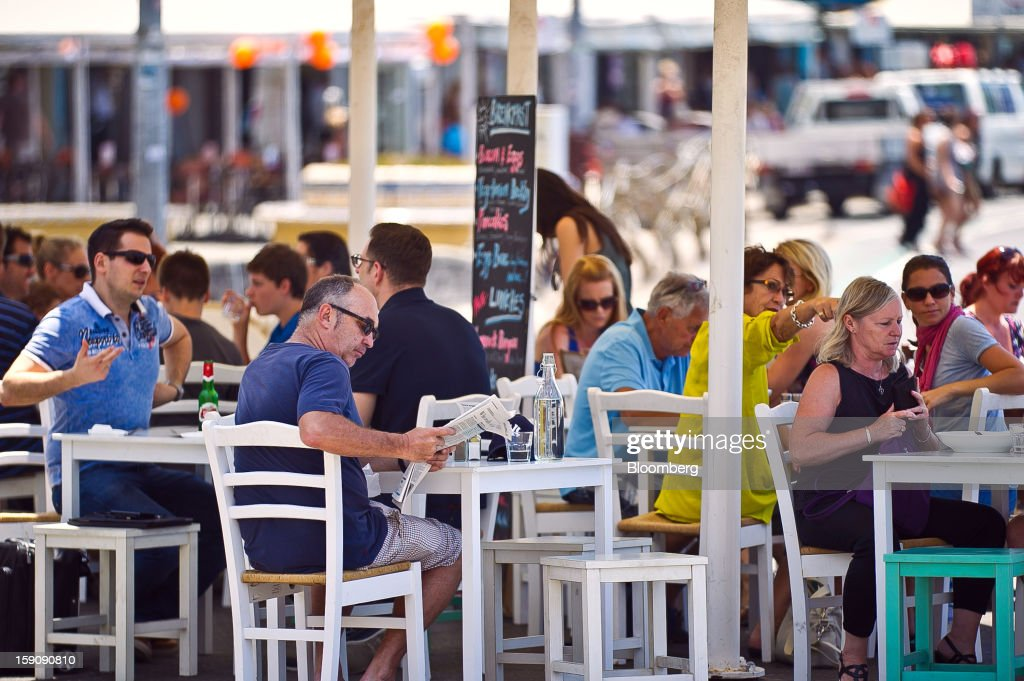 Customers dine at an outdoor restaurant at Bondi Beach in Sydney, Australia, on Monday, Jan. 7, 2013. The Bureau of Statistics is scheduled to release retail sales data on Jan. 9. Photographer: Ian Waldie/Bloomberg via Getty Images