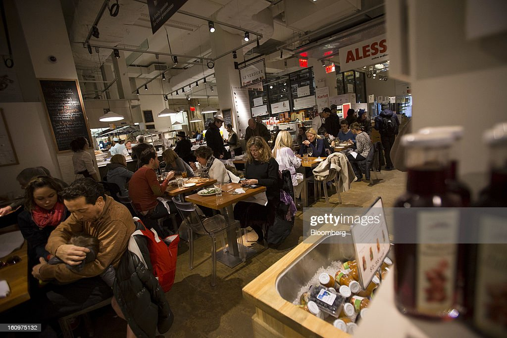 Customers eat lunch at an Eataly location in the Flatiron district of New York, U.S., on Wednesday, Feb. 6, 2013. Eataly is a high-end Italian food market/mall chain, owned by a partnership including Mario Batali, Lidia Bastianich and Joe Bastianich, which first opened in Turin, Italy, in 2007. Photographer: Scott Eells/Bloomberg via Getty Images