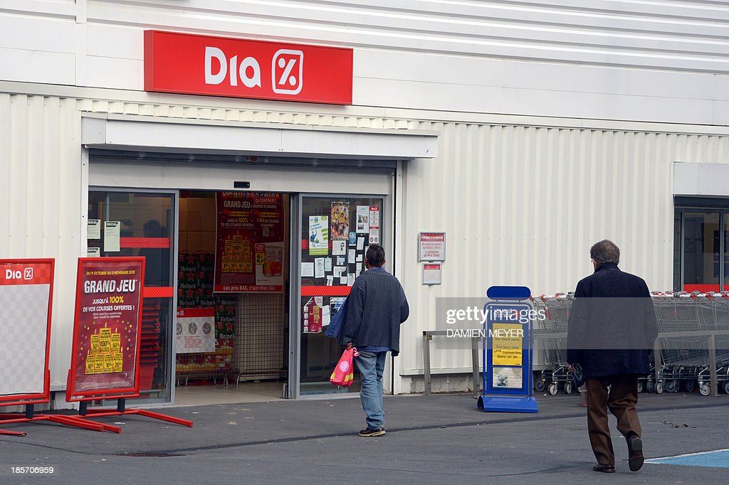 Customers enter a Dia supermaket in Rennes on October 24, 2013, as Dia said today it was recalling and withdrawing from its stores ground beef sold under its own brand in all of northwestern France, after detecting traces of the E. coli bacteria.
