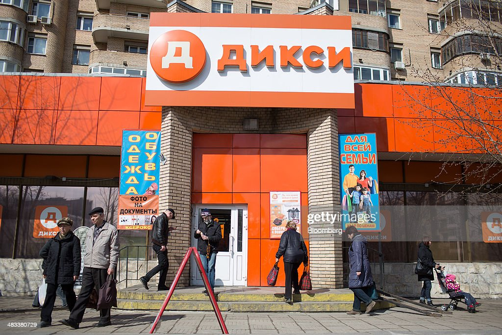 Customers enter and exit a Dixy supermarket operated by OAO Dixy Group in Moscow, Russia, on Tuesday, April 8, 2014. Suppliers suffering from ruble depreciation this quarter are urging retailers to increase prices. Photographer: Andrey Rudakov/Bloomberg via Getty Images