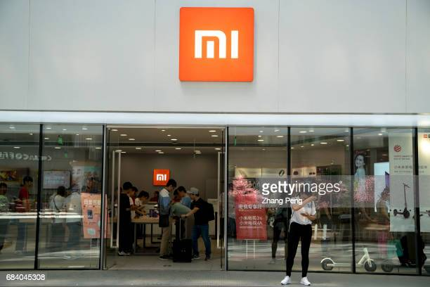 Customers in a MI store In 2015 the annual sales of Xiaomi mobile phone had reached more than 70 million ranked No1 in China's smartphone market...
