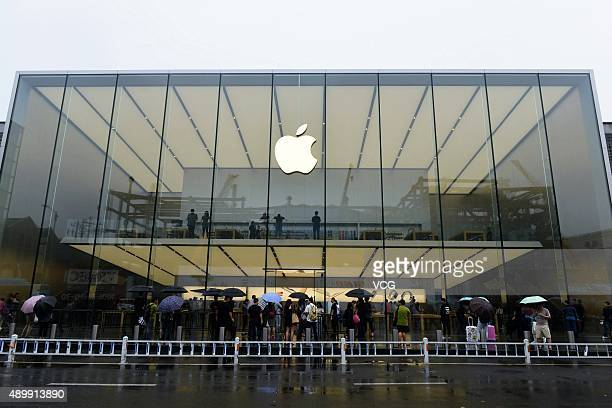 Customers line up to enter an Apple store on September 25 2015 in Hangzhou China Apple launched the new iPhone 6s and iPhone 6s Plus on September 25...