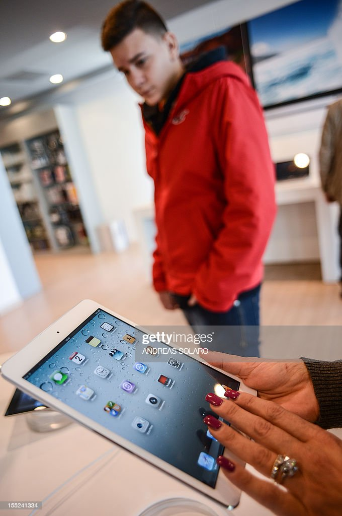 Customers look at the new iPad mini at an Apple store in Rome on November 2, 2012. The iPad mini got off to a low-key start today with little of the hype-fuelled razzmatazz of earlier Apple launches, as analysts said the costly creation may have come too late to the 7-inch market.
