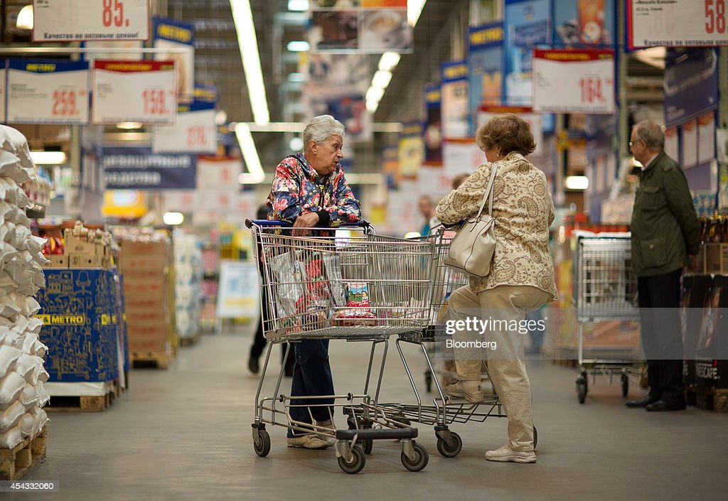 Customers pause with their carts in a shopping aisle inside a Metro Cash & Carry store, the Russia unit of Metro AG, in Moscow, Russia, on Friday, Aug. 29, 2014. Metro Cash & Carry has warned that domestic food suppliers are trying to increase some food prices as local produce is substituted for EU, Norwegian and U.S. equivalents which have been sanctioned. Photographer: Andrey Rudakov/Bloomberg via Getty Images