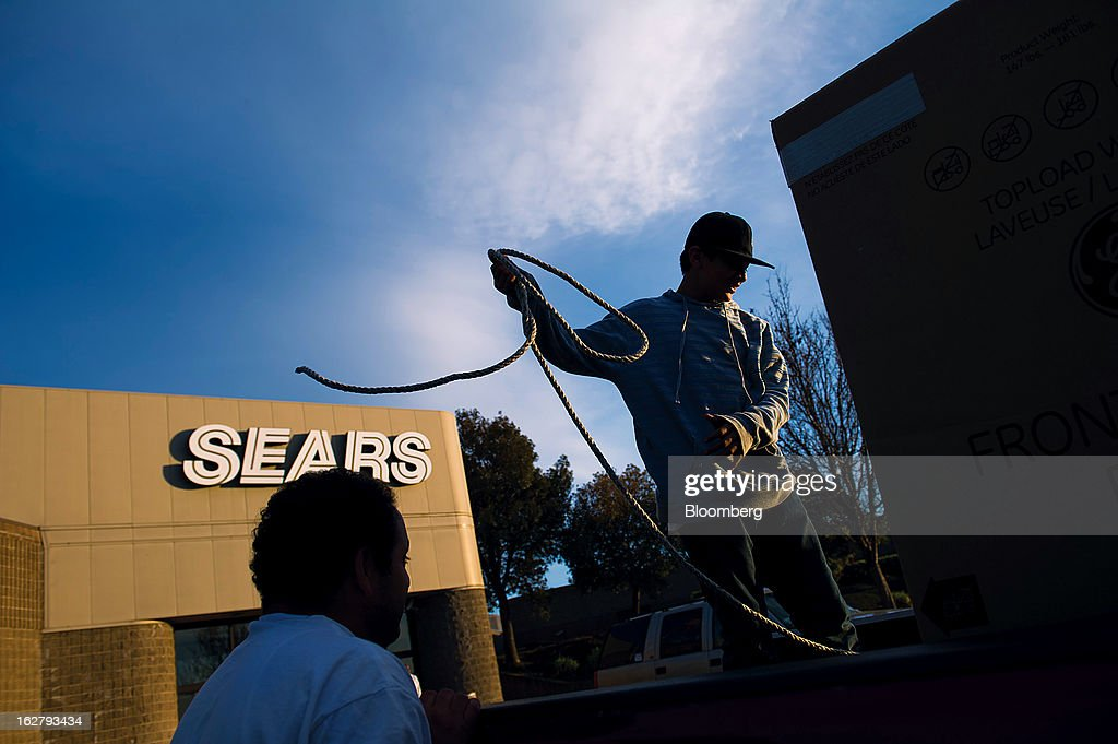 Customers secure a new washing machine purchased at a Sears Holdings Corp. store in the back of a pickup truck in Richmond, California, U.S., on Tuesday, Feb. 26, 2013. Sears Holdings Corp. is expected to release earnings data on Feb 28. Photographer: David Paul Morris/Bloomberg via Getty Images