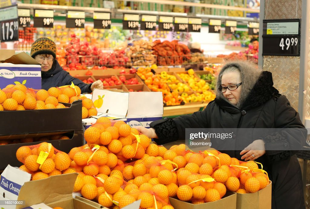 Customers select fresh fruit from a display of oranges inside a Lenta LLC supermarket in Prokopyevsk, Kemerevo region, Russia, on Wednesday, March 6, 2013. Lenta LLC, a Russian hypermarket operator controlled by TPG Capital, is selling its first bond to expand after using company funds for a leveraged buyout by the U.S. firm. Photographer: Andrey Rudakov/Bloomberg via Getty Images