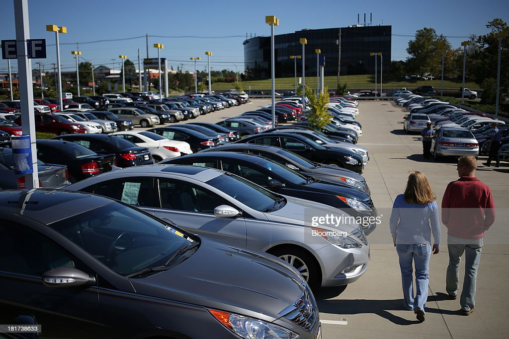Customers shop for used vehicles at a CarMax Inc. dealership in Lexington, Kentucky, U.S., on Monday, Sept. 23, 2013. Carmax, which generates 98% of its revenue in the used car market, today reported record second quarter results for the quarter ended Aug. 31. Photographer: Luke Sharrett/Bloomberg via Getty Images
