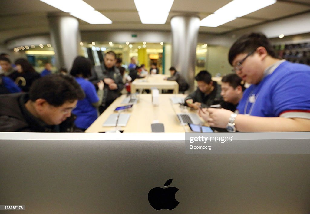 Customers take part in a workshop held at the Apple Inc. store in the Wangfujing area of Beijing, China, on Tuesday, March 12, 2013. Apple's Wangfujing store is the largest in Asia. Photographer: Tomohiro Ohsumi/Bloomberg via Getty Images