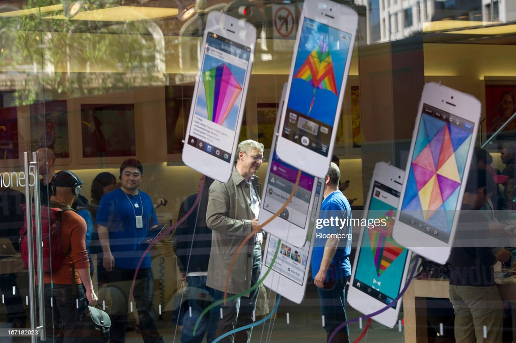 Customers talk with employees inside an Apple Inc. store in San Francisco, California, U.S., on Friday, April 19, 2013. Apple Inc. is expected to release earnings data on April 23. Photographer: David Paul Morris/Bloomberg via Getty Images