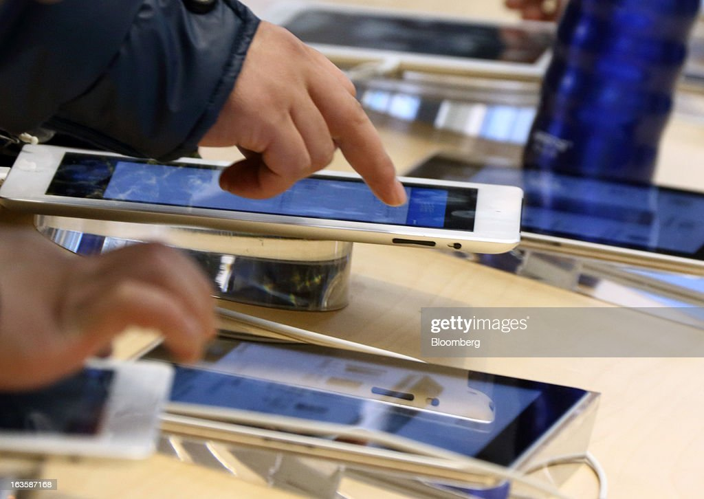 Customers try Apple Inc. iPads at the company's store in the Wangfujing area of Beijing, China, on Tuesday, March 12, 2013. Apple's Wangfujing store is the largest in Asia. Photographer: Tomohiro Ohsumi/Bloomberg via Getty Images