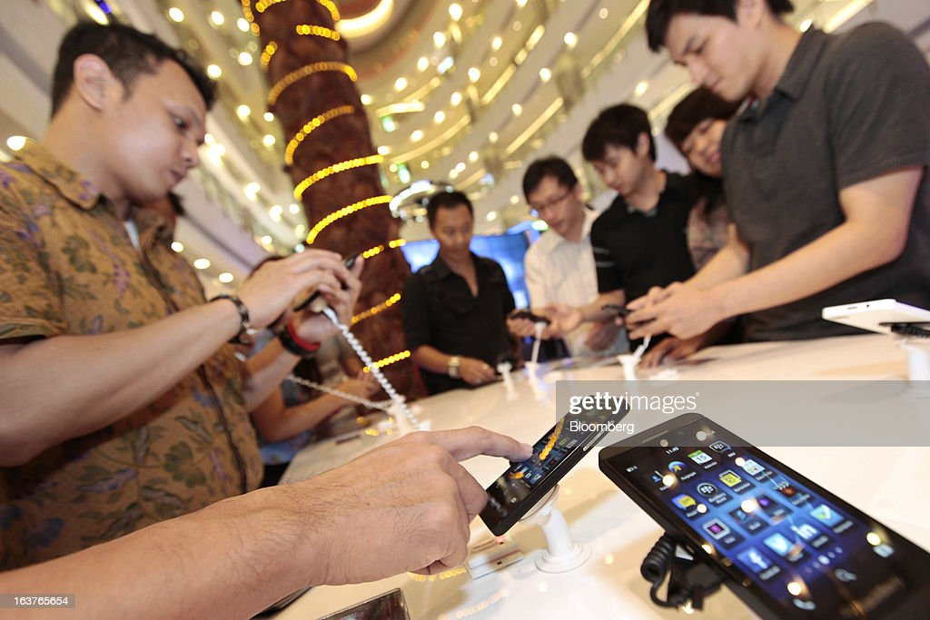 Customers view the BlackBerry Z10 smartphone during the consumer launch of the device at the Central Park Mall in Jakarta, Indonesia, on Friday, March 15, 2013. BlackBerry, the Canadian smartphone maker that rolled out a new lineup in January, said one of its 'established partners' is buying 1 million BlackBerry 10 phones, the biggest order in the company's history. Photographer: Dimas Ardian/Bloomberg via Getty Images