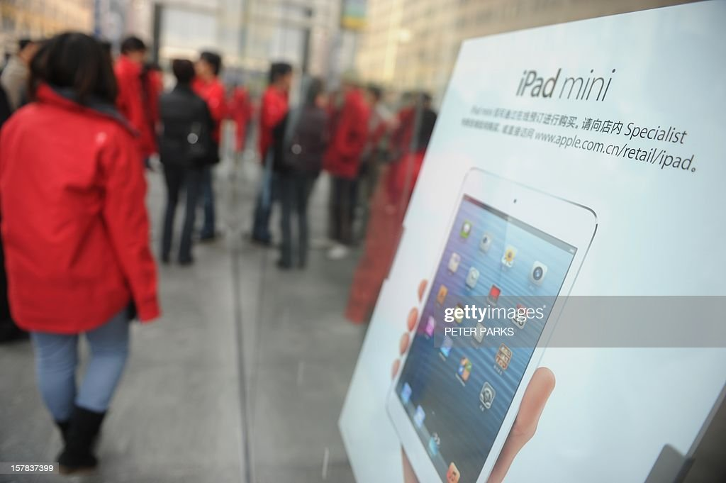 Customers wait for an Apple store to open where the new 'iPad mini' goes on sale in Shanghai on December 7, 2012. The iPad mini and fourth generation iPad went on sale in China, with the iPhone 5 available here on December 14, Apple said in a recent statement. AFP PHOTO/Peter PARKS
