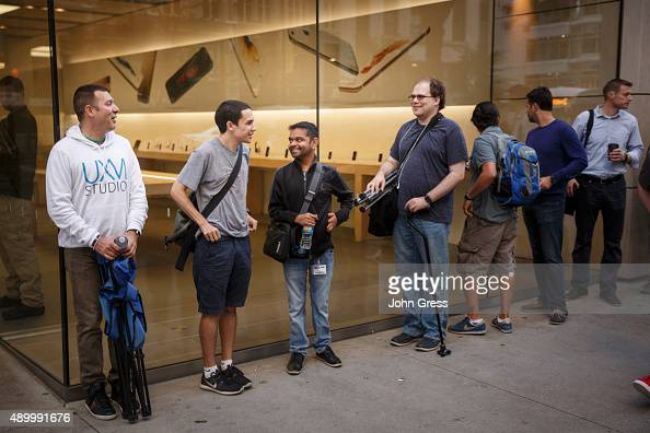 Customers wait in line at the apple store to buy the new iPhone 6s on September 25 2015 in Chicago Illinois Apple launched the new iPhone 6s and...