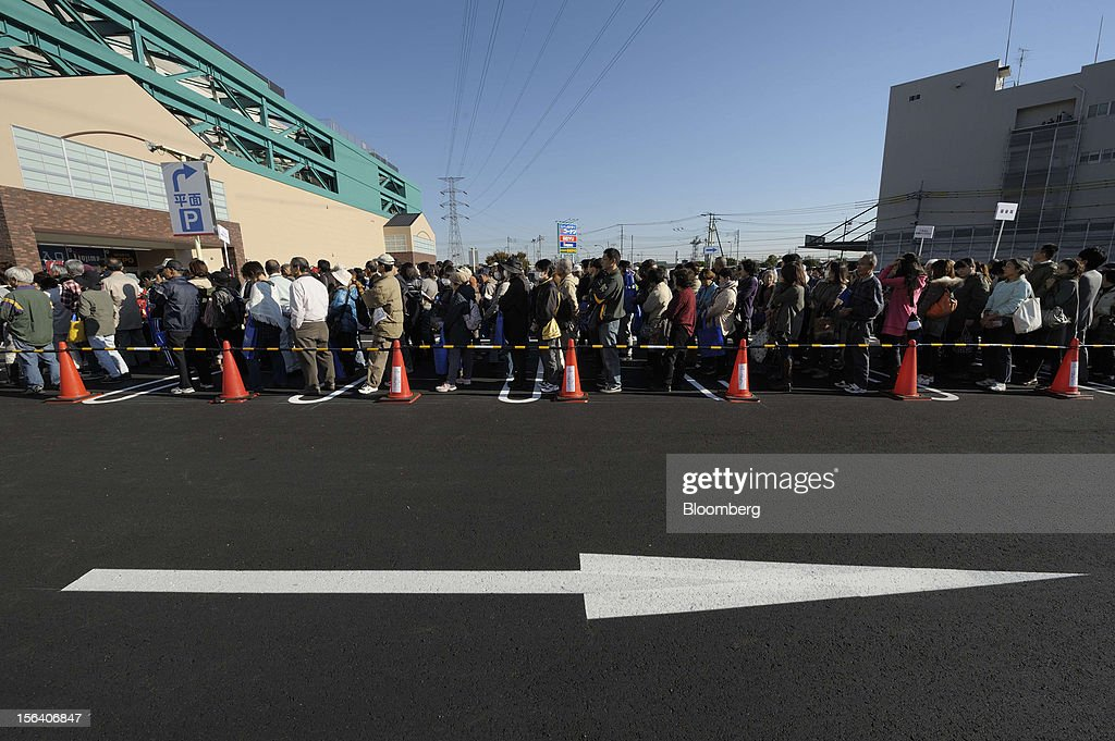 Customers wait in line for the opening of a Seiyu GK supermarket in Tokyo, Japan, on Wednesday, Nov. 14, 2012. Seiyu GK is a unit of Wal-Mart Stores Inc. Photographer: Akio Kon/Bloomberg via Getty Images