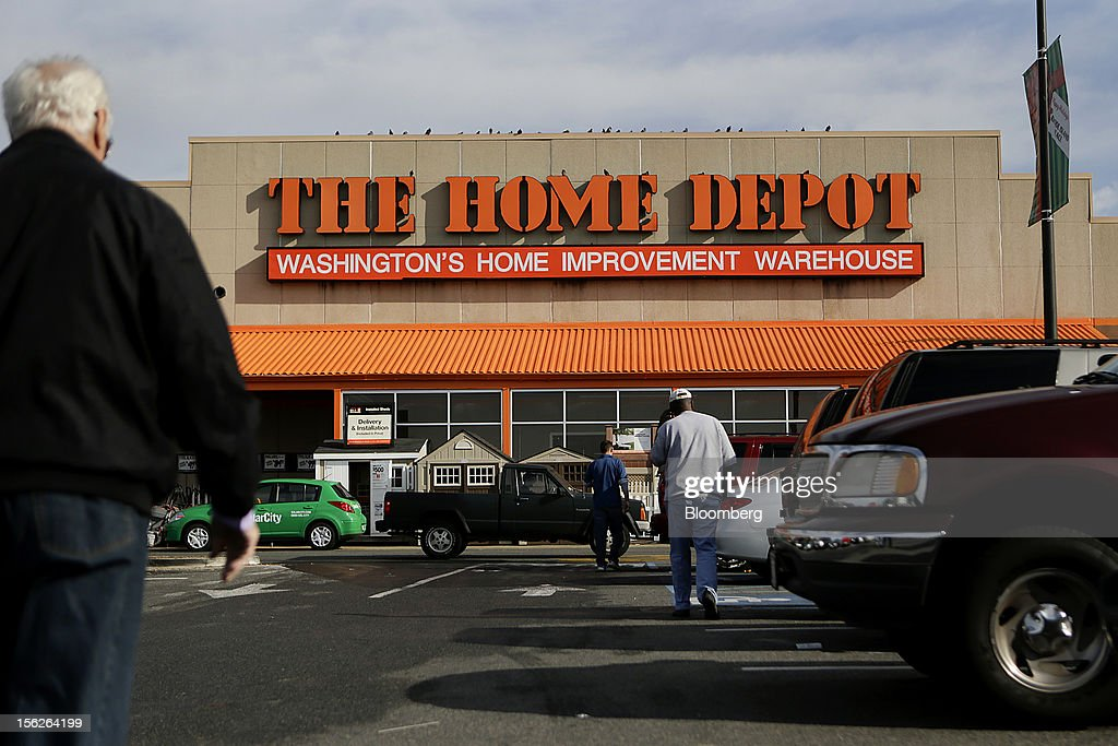 Customers walk towards a Home Depot Inc. store in Washington, D.C., U.S., on Monday, Nov. 12, 2012. Home Depot Inc. is scheduled to release earnings data on Nov. 13. Photographer: Andrew Harrer/Bloomberg via Getty Images