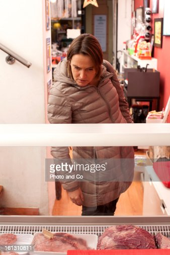 custumer in butcher's shop : ストックフォト