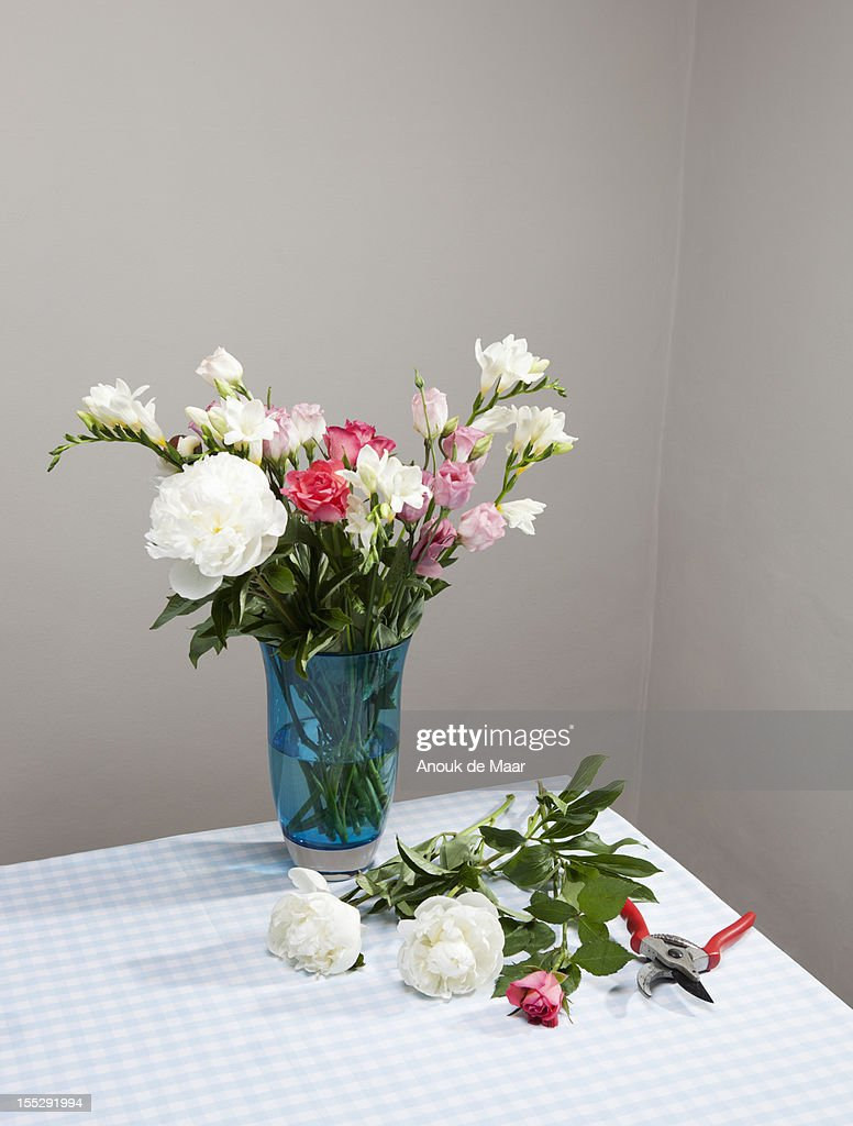 Cut flowers with bouquet in vase : ストックフォト