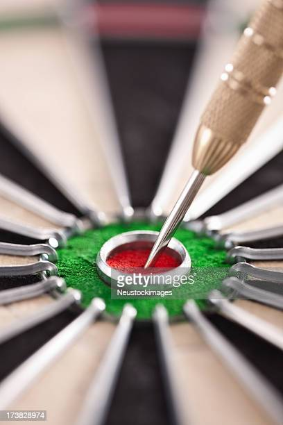Cut Bild von dart Piercing auf Ziel auf Dartscheibe