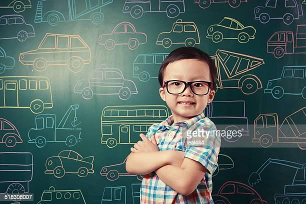 Mignon Asie enfants jouant avec des jouets voitures
