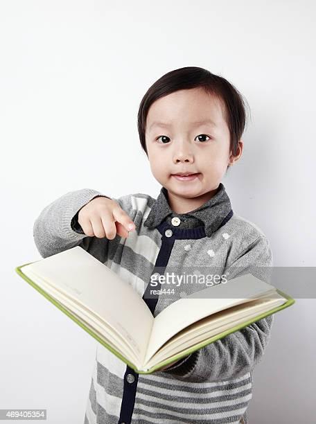 Jolie asiatique avec des livres pour les enfants