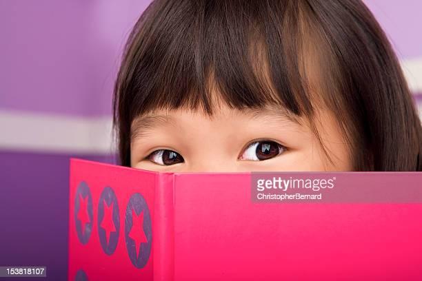 Jolie asiatique fille lecture dans la chambre à coucher