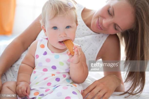 Mignon bébé manger Biscuit.